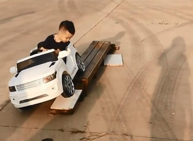 """Choáng với cậu bé 5 tuổi biết lùi xe, quay đầu như 1 tay lái thực thụ, dân mạng vỗ tay khen rào rào Đúng là tài không đợi tuổi!""""-1"""