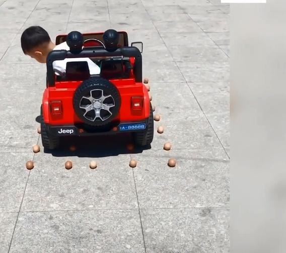 """Choáng với cậu bé 5 tuổi biết lùi xe, quay đầu như 1 tay lái thực thụ, dân mạng vỗ tay khen rào rào Đúng là tài không đợi tuổi!""""-2"""