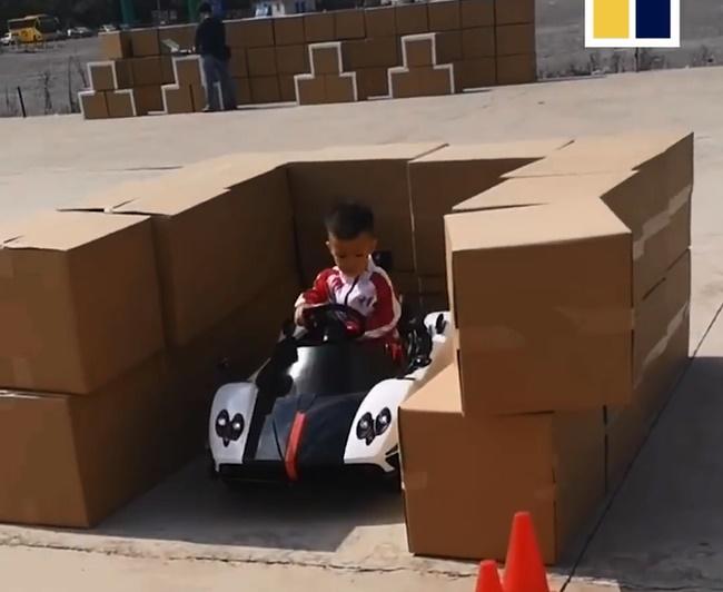 """Choáng với cậu bé 5 tuổi biết lùi xe, quay đầu như 1 tay lái thực thụ, dân mạng vỗ tay khen rào rào Đúng là tài không đợi tuổi!""""-4"""