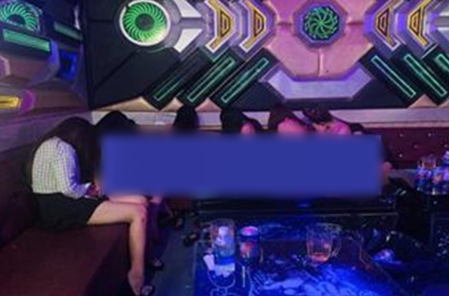 Đột kích quán karaoke ở Đồng Nai, phát hiện 6 cô gái không mặc quần áo nhảy múa phục vụ khách-1