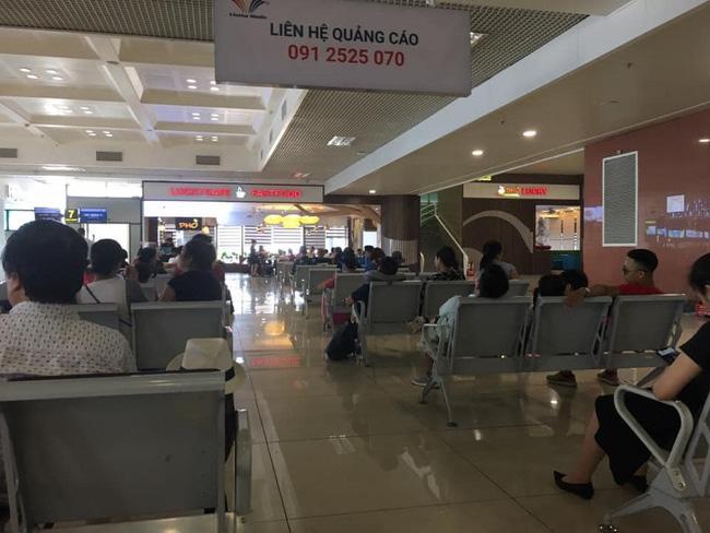 Xin ngồi kế bên trong phòng chờ sân bay, cô gái khước từ chỉ vì chỗ bên cạnh còn để cốc nước, nhưng câu nói thiếu văn hóa sau đó mới là điều khiến nhiều người bức xúc-3