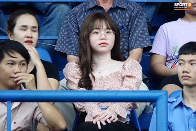 Huỳnh Anh lại xuất hiện vô cùng tươi tắn ở quê nhà Quang Hải, diện váy trắng cùng tông với cháu gái chàng cầu thủ-1