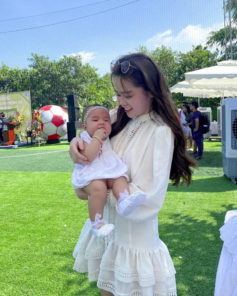 Huỳnh Anh lại xuất hiện vô cùng tươi tắn ở quê nhà Quang Hải, diện váy trắng cùng tông với cháu gái chàng cầu thủ-2