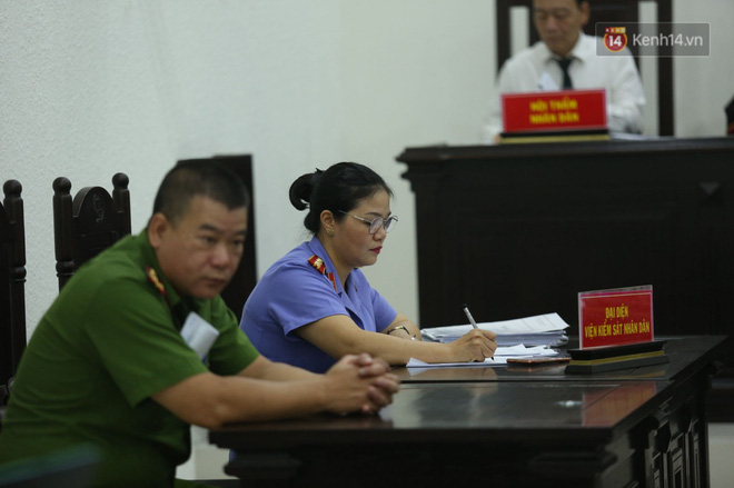 Xét xử vụ án nam sinh chạy Grab bị sát hại, cướp tài sản ở Hà Nội: Mẹ khóc nghẹn ôm di ảnh con đến toà-4
