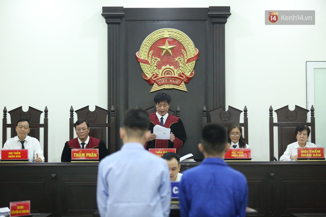 Xét xử vụ án nam sinh chạy Grab bị sát hại, cướp tài sản ở Hà Nội: Mẹ khóc nghẹn ôm di ảnh con đến toà-5