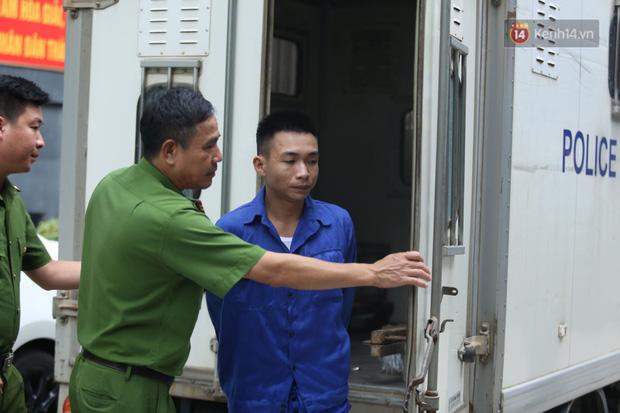 Xét xử vụ án nam sinh chạy Grab bị sát hại, cướp tài sản ở Hà Nội: Mẹ khóc nghẹn ôm di ảnh con đến toà-6