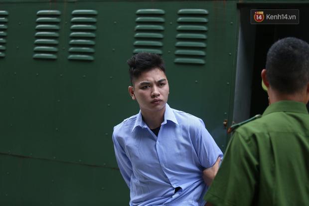 Xét xử vụ án nam sinh chạy Grab bị sát hại, cướp tài sản ở Hà Nội: Mẹ khóc nghẹn ôm di ảnh con đến toà-7