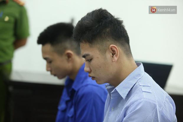 Xét xử vụ án nam sinh chạy Grab bị sát hại, cướp tài sản ở Hà Nội: Mẹ khóc nghẹn ôm di ảnh con đến toà-8