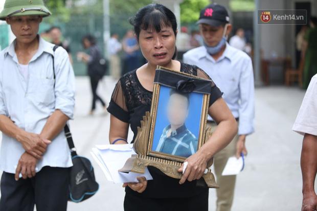 Xét xử vụ án nam sinh chạy Grab bị sát hại, cướp tài sản ở Hà Nội: Mẹ khóc nghẹn ôm di ảnh con đến toà-9