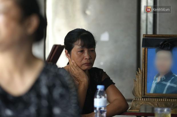 Xét xử vụ án nam sinh chạy Grab bị sát hại, cướp tài sản ở Hà Nội: Mẹ khóc nghẹn ôm di ảnh con đến toà-10