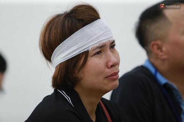 Xét xử vụ án nam sinh chạy Grab bị sát hại, cướp tài sản ở Hà Nội: Mẹ khóc nghẹn ôm di ảnh con đến toà-1