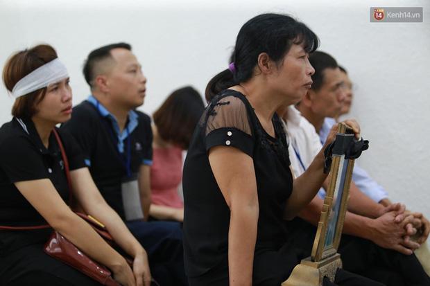 Xét xử vụ án nam sinh chạy Grab bị sát hại, cướp tài sản ở Hà Nội: Mẹ khóc nghẹn ôm di ảnh con đến toà-2