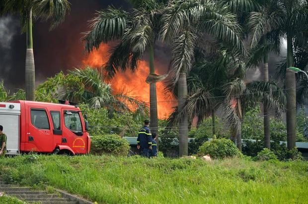Cháy dữ dội tại kho hóa chất ở Long Biên, Cháy dữ dội tại kho hóa chất ở Long Biên, thùng phuy phát nổ bay cao hàng chục mét-4