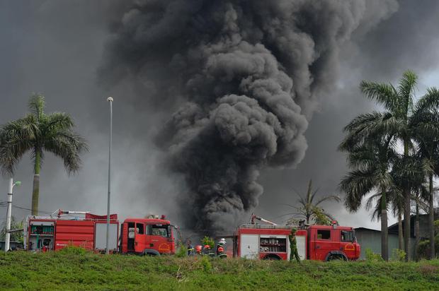 Cháy dữ dội tại kho hóa chất ở Long Biên, Cháy dữ dội tại kho hóa chất ở Long Biên, thùng phuy phát nổ bay cao hàng chục mét-3