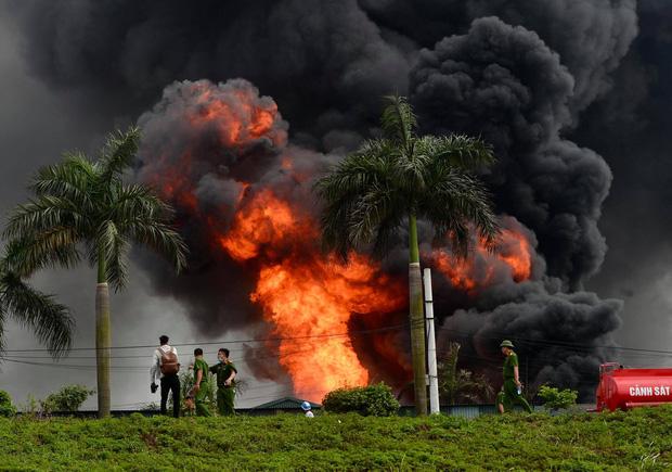 Cháy dữ dội tại kho hóa chất ở Long Biên, Cháy dữ dội tại kho hóa chất ở Long Biên, thùng phuy phát nổ bay cao hàng chục mét-5