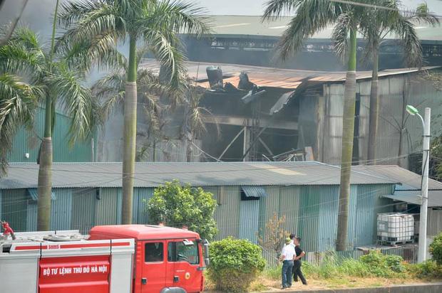 Cháy dữ dội tại kho hóa chất ở Long Biên, Cháy dữ dội tại kho hóa chất ở Long Biên, thùng phuy phát nổ bay cao hàng chục mét-9