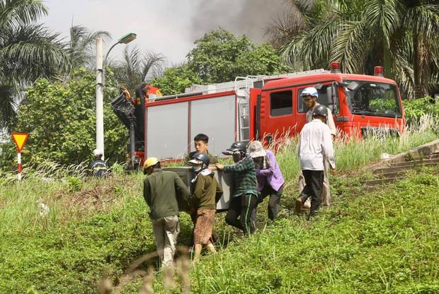 Cháy dữ dội tại kho hóa chất ở Long Biên, Cháy dữ dội tại kho hóa chất ở Long Biên, thùng phuy phát nổ bay cao hàng chục mét-11