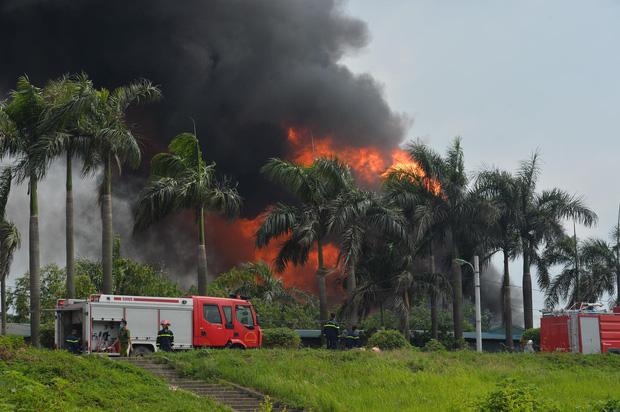 Cháy dữ dội tại kho hóa chất ở Long Biên, Cháy dữ dội tại kho hóa chất ở Long Biên, thùng phuy phát nổ bay cao hàng chục mét-1