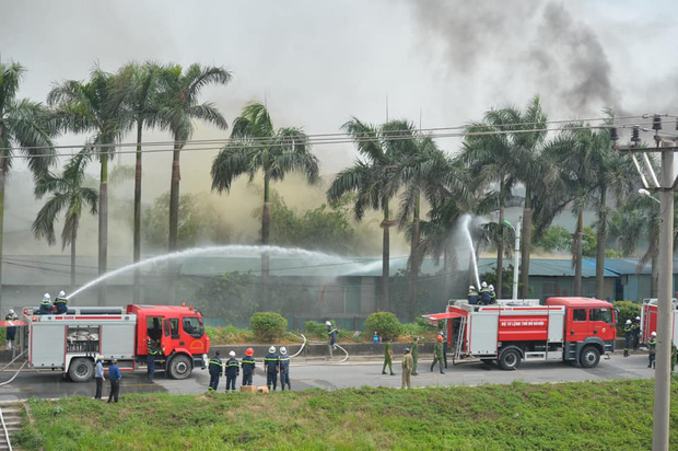 Cháy dữ dội tại kho hóa chất ở Long Biên, Cháy dữ dội tại kho hóa chất ở Long Biên, thùng phuy phát nổ bay cao hàng chục mét-8