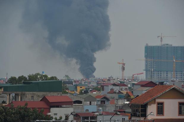 Cháy dữ dội tại kho hóa chất ở Long Biên, Cháy dữ dội tại kho hóa chất ở Long Biên, thùng phuy phát nổ bay cao hàng chục mét-2