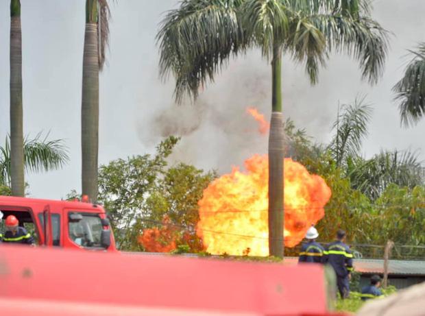 Cháy dữ dội tại kho hóa chất ở Long Biên, Cháy dữ dội tại kho hóa chất ở Long Biên, thùng phuy phát nổ bay cao hàng chục mét-7