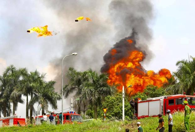 Cháy dữ dội tại kho hóa chất ở Long Biên, Cháy dữ dội tại kho hóa chất ở Long Biên, thùng phuy phát nổ bay cao hàng chục mét-10
