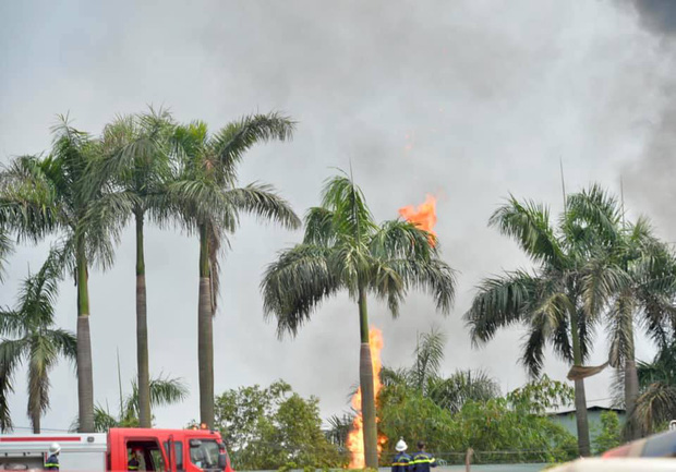 Cháy dữ dội tại kho hóa chất ở Long Biên, Cháy dữ dội tại kho hóa chất ở Long Biên, thùng phuy phát nổ bay cao hàng chục mét-6
