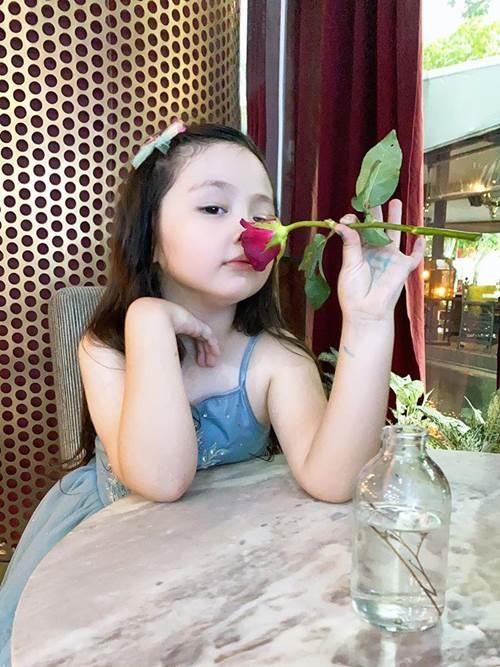 Lâu lắm Elly Trần mới khoe hình con gái, Cadie Mộc Trà giờ đã điệu như nàng thơ-1