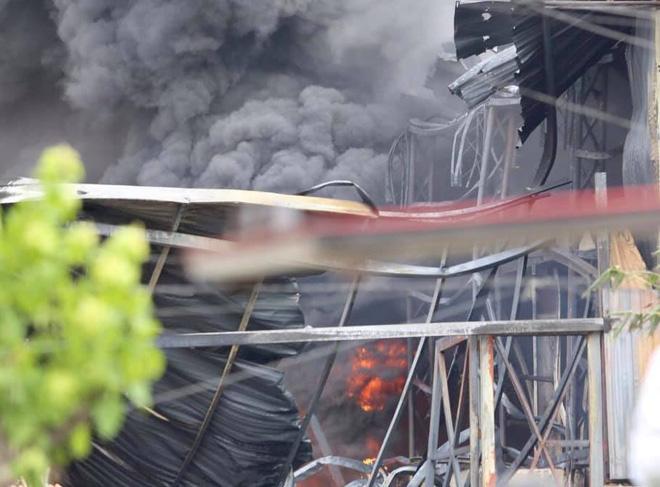 Cháy dữ dội tại kho hóa chất ở Long Biên, Cháy dữ dội tại kho hóa chất ở Long Biên, thùng phuy phát nổ bay cao hàng chục mét-12