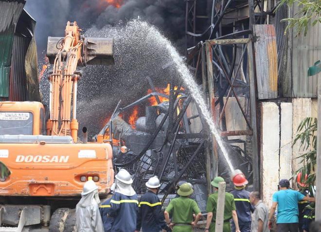 Cháy dữ dội tại kho hóa chất ở Long Biên, Cháy dữ dội tại kho hóa chất ở Long Biên, thùng phuy phát nổ bay cao hàng chục mét-13