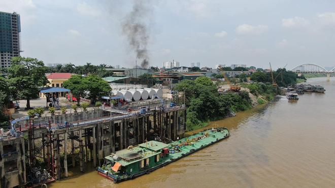 Cháy dữ dội tại kho hóa chất ở Long Biên, Cháy dữ dội tại kho hóa chất ở Long Biên, thùng phuy phát nổ bay cao hàng chục mét-14