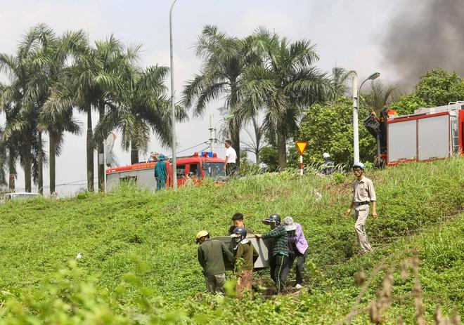 Cháy dữ dội tại kho hóa chất ở Long Biên, Cháy dữ dội tại kho hóa chất ở Long Biên, thùng phuy phát nổ bay cao hàng chục mét-16