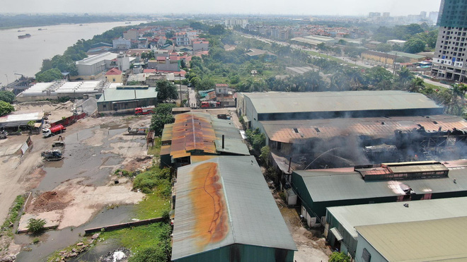 Cháy dữ dội tại kho hóa chất ở Long Biên, Cháy dữ dội tại kho hóa chất ở Long Biên, thùng phuy phát nổ bay cao hàng chục mét-17