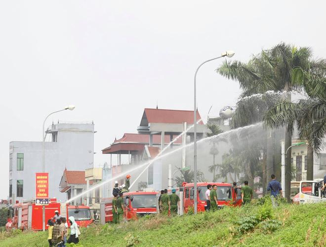 Cháy dữ dội tại kho hóa chất ở Long Biên, Cháy dữ dội tại kho hóa chất ở Long Biên, thùng phuy phát nổ bay cao hàng chục mét-18