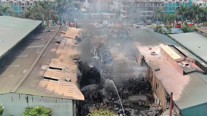 Cháy dữ dội tại kho hóa chất ở Long Biên, Cháy dữ dội tại kho hóa chất ở Long Biên, thùng phuy phát nổ bay cao hàng chục mét-19
