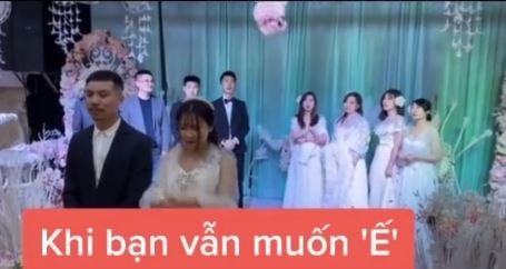 Tình huống tréo ngoe xảy ra ngay trong lễ cưới khiến cô dâu chú rể ngơ ngác còn hội bạn bè thì ngao ngán quay đi-1