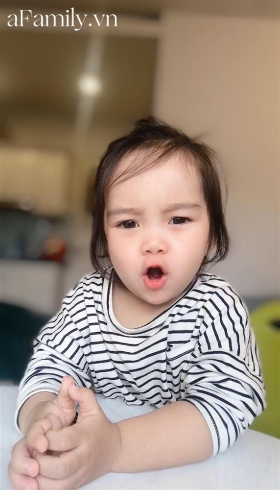 Dân mạng rụng tim vì clip bé gái 2,5 tuổi hát Bài ca không quên cực đỉnh, thần thái phiêu nhạc chẳng kém ca sĩ thực thụ-5