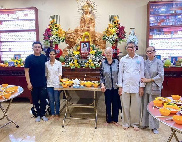 Bố mẹ Phùng Ngọc Huy thay mặt con trai làm lễ cúng 100 ngày cho Mai Phương, xuất hiện bên bảo mẫu bé Lavie-1