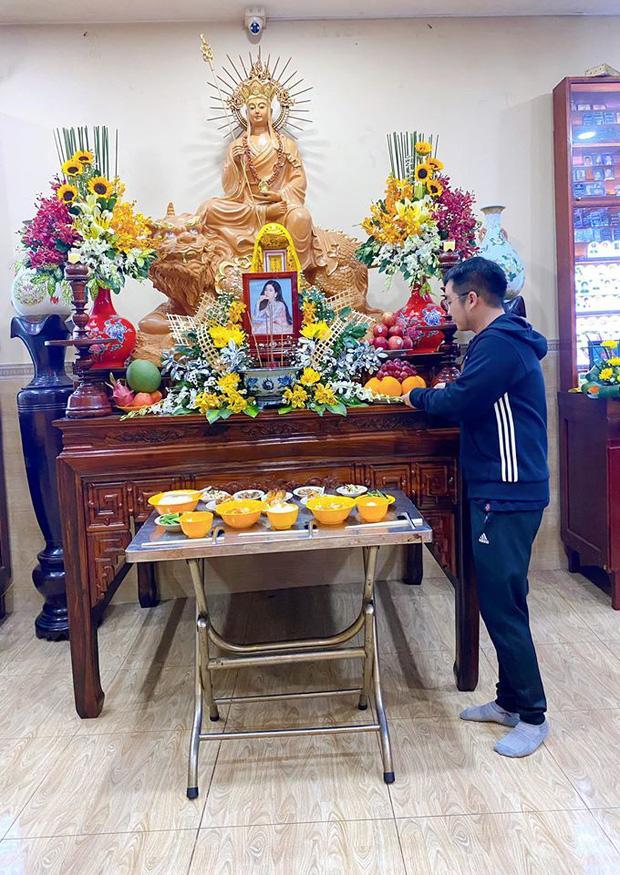 Bố mẹ Phùng Ngọc Huy thay mặt con trai làm lễ cúng 100 ngày cho Mai Phương, xuất hiện bên bảo mẫu bé Lavie-2