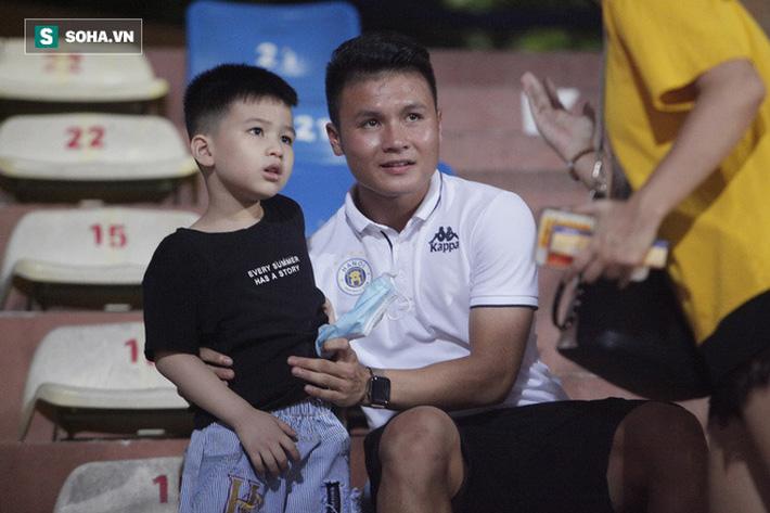 Quang Hải đưa điện thoại cho bạn gái xem, Huỳnh Anh liên tục cười rạng rỡ-1