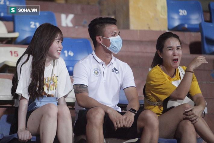 Quang Hải đưa điện thoại cho bạn gái xem, Huỳnh Anh liên tục cười rạng rỡ-3