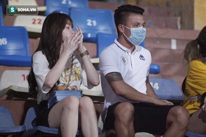 Quang Hải đưa điện thoại cho bạn gái xem, Huỳnh Anh liên tục cười rạng rỡ-4