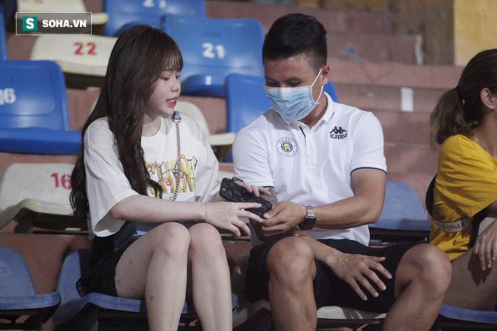 Quang Hải đưa điện thoại cho bạn gái xem, Huỳnh Anh liên tục cười rạng rỡ-5