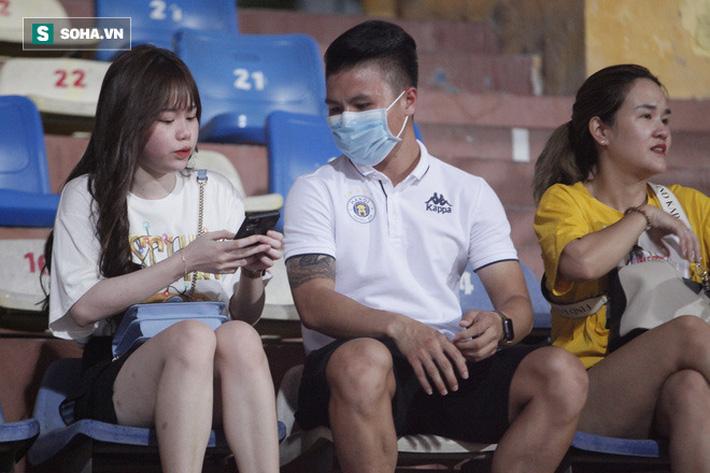 Quang Hải đưa điện thoại cho bạn gái xem, Huỳnh Anh liên tục cười rạng rỡ-6