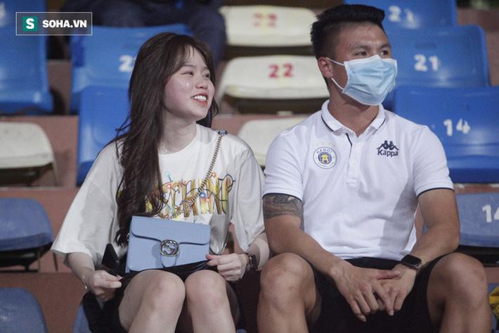 Quang Hải đưa điện thoại cho bạn gái xem, Huỳnh Anh liên tục cười rạng rỡ-7