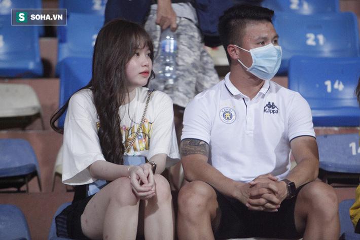 Quang Hải đưa điện thoại cho bạn gái xem, Huỳnh Anh liên tục cười rạng rỡ-8