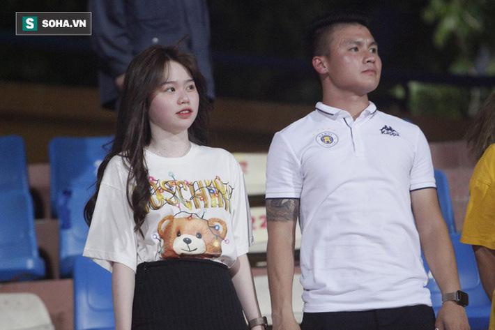 Quang Hải đưa điện thoại cho bạn gái xem, Huỳnh Anh liên tục cười rạng rỡ-9