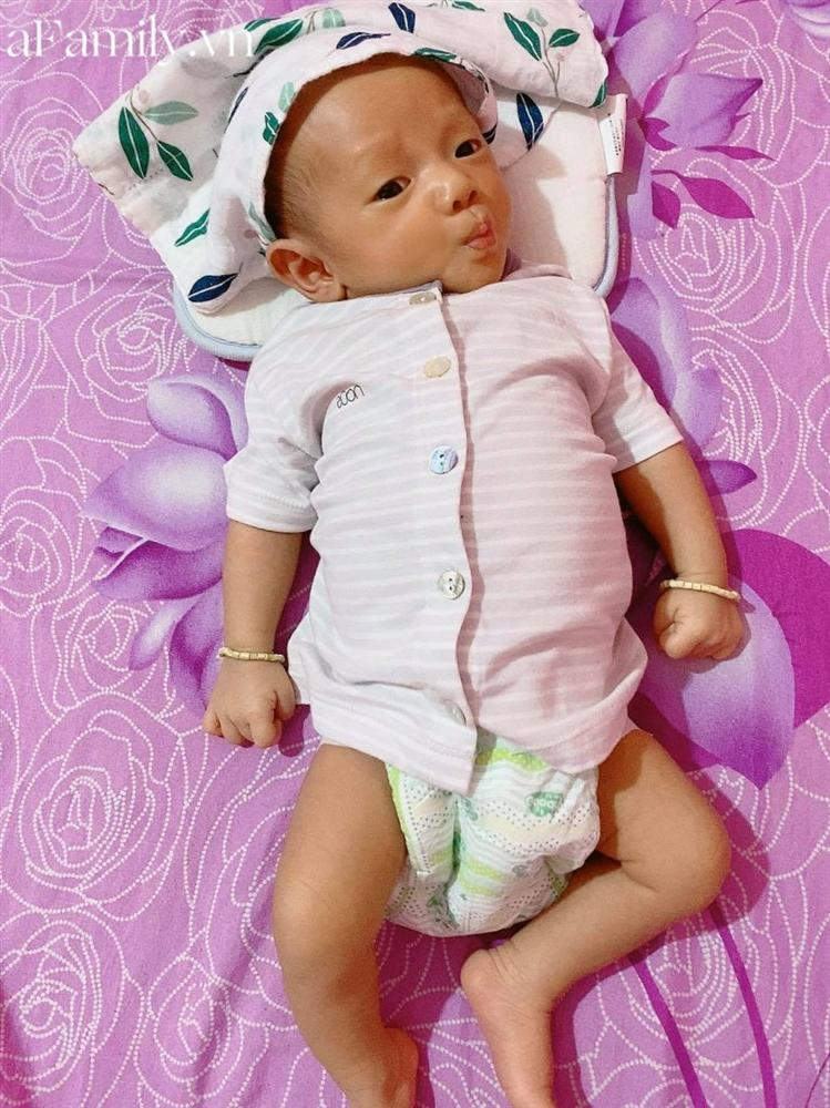 Vì dịch nên tóc và lông mày đi du lịch chưa về kịp, bé 2 tháng tuổi khiến các mẹ thích thú vì gương mặt siêu hài-3