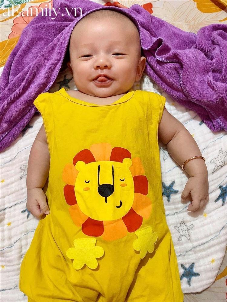 Vì dịch nên tóc và lông mày đi du lịch chưa về kịp, bé 2 tháng tuổi khiến các mẹ thích thú vì gương mặt siêu hài-4