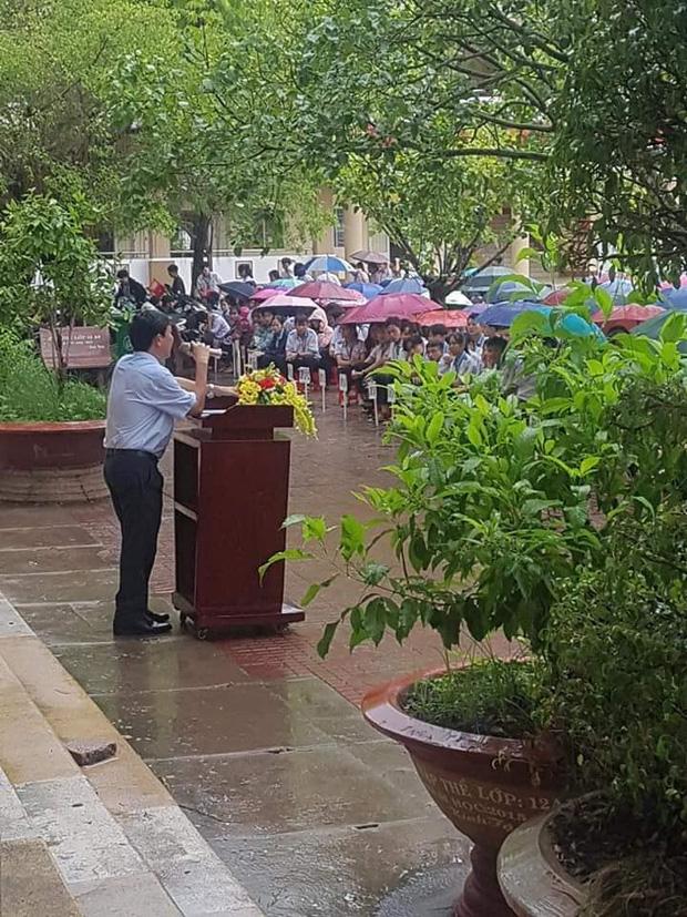 Thầy hiệu trưởng đứng giữa trời mưa phát biểu trong tiết chào cờ cuối cùng của học sinh cuối cấp: 12 năm đi học sắp hết thật rồi sao?-1